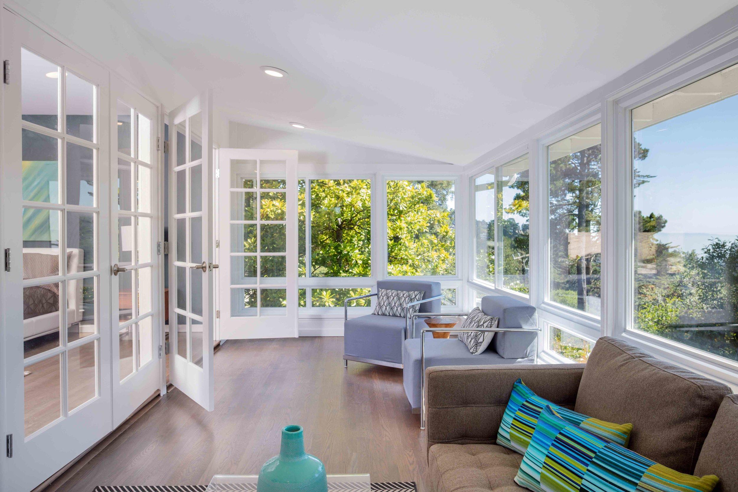 Cómo aprovechar el espacio bajo la ventana en la decoración del hogar